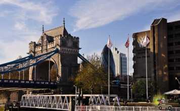 Passeio de barco no Tâmisa em Londres